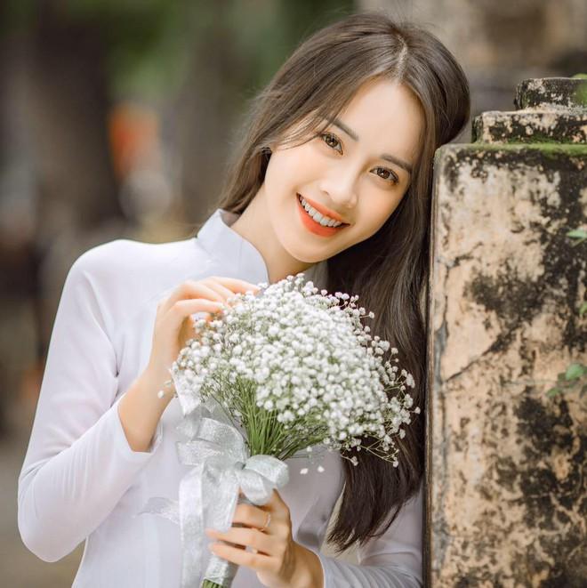 Mặc áo dài trắng được nhận xét giống Chi Pu, cô gái hóa ra là gương mặt quen với thành tích khủng - Ảnh 1.