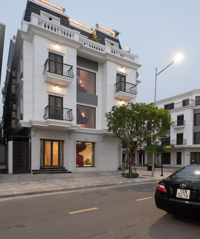 Căn nhà có cầu thang đỏ chẳng giống ai của Việt Nam nổi bật trên báo Mỹ - Ảnh 1.