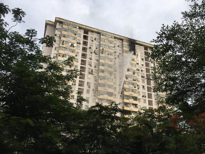Hà Nội: Cháy tại tầng 15 tòa chung cư ở Nam Trung Yên, khói bốc ra nghi ngút - Ảnh 2.