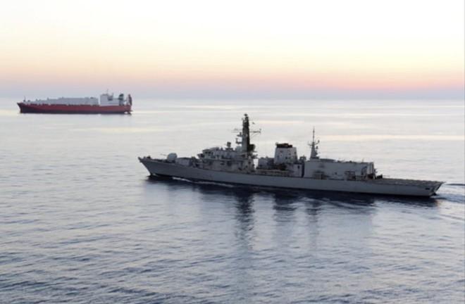 Tàu chiến Anh chĩa pháo cảnh cáo 5 tàu tấn công nhanh Iran - IRGC ra tuyên bố phản bác sắc lạnh - Ảnh 1.