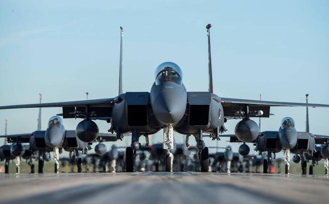 """Tiêm kích F-15 Mỹ - Singapore diễu binh """"Voi đi bộ"""" hoành tráng"""