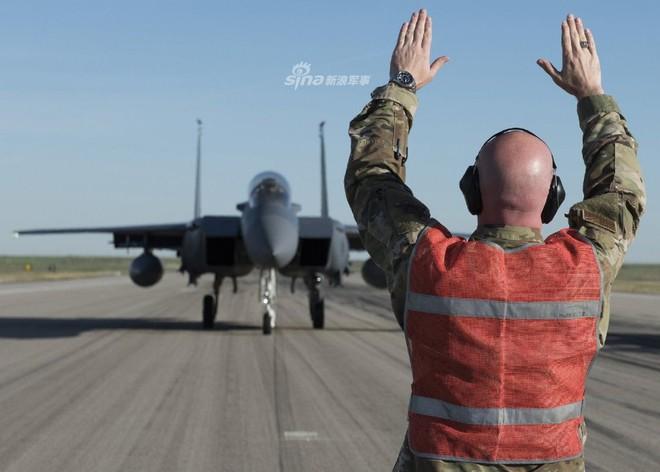 Tiêm kích F-15 Mỹ - Singapore diễu binh Voi đi bộ hoành tráng - Ảnh 4.