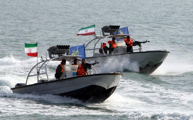 Tàu chiến Anh chĩa pháo cảnh cáo 5 tàu tấn công nhanh Iran - IRGC ra tuyên bố phản bác sắc lạnh