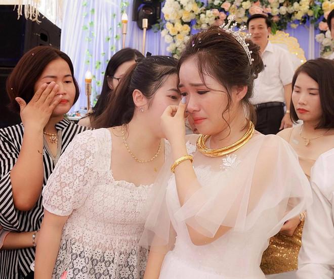 Xúc động hình ảnh cô dâu Nghệ An khóc nức nở, ôm chặt người thân trong ngày về nhà chồng - Ảnh 2.