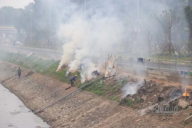 Sông Tô Lịch như người bệnh, chỉ đỡ xấu chứ không thể sạch - Ảnh 2.