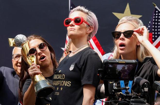 Hàng chục nghìn CĐV đổ ra đường xem tuyển Mỹ diễu hành mừng vô địch World Cup nữ 2019 - Ảnh 3.