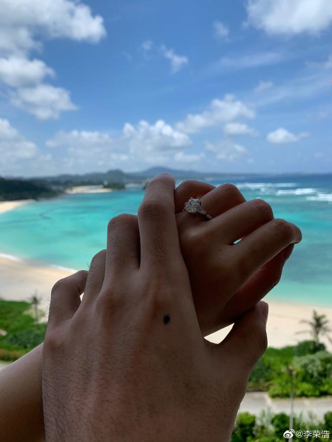 Giáo chủ khả ái Dương Thừa Lâm đã nhận lời cầu hôn bạn trai, Cbiz lại sắp có thêm đám cưới hoành tráng - Ảnh 2.