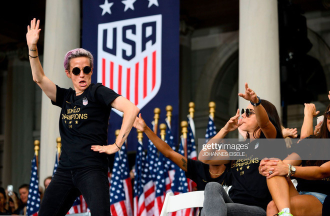Hàng chục nghìn CĐV đổ ra đường xem tuyển Mỹ diễu hành mừng vô địch World Cup nữ 2019 - Ảnh 5.