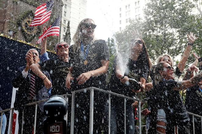 Hàng chục nghìn CĐV đổ ra đường xem tuyển Mỹ diễu hành mừng vô địch World Cup nữ 2019 - Ảnh 7.