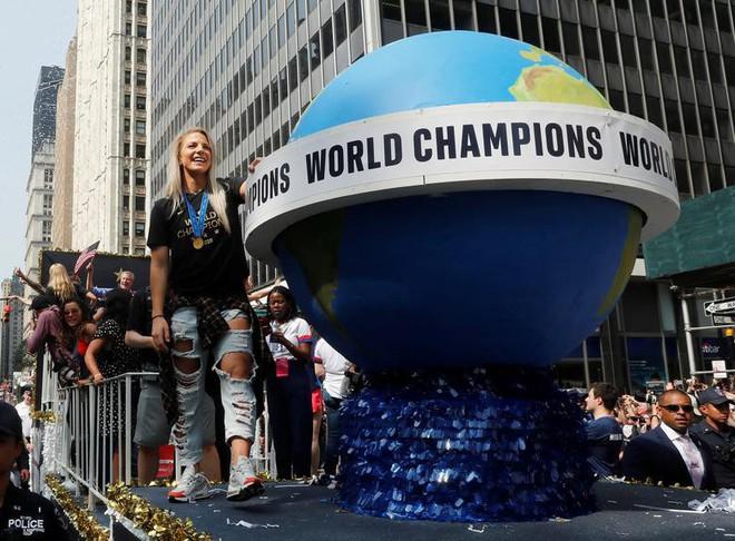 Hàng chục nghìn CĐV đổ ra đường xem tuyển Mỹ diễu hành mừng vô địch World Cup nữ 2019 - Ảnh 8.