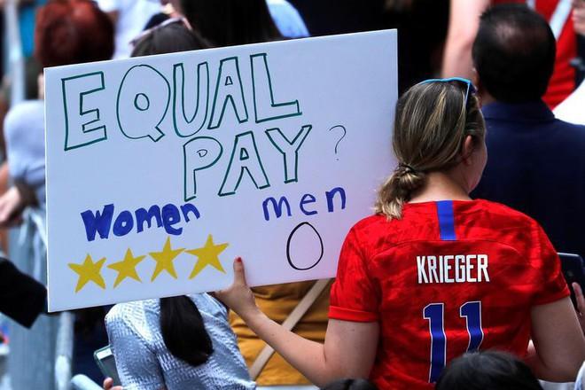 Hàng chục nghìn CĐV đổ ra đường xem tuyển Mỹ diễu hành mừng vô địch World Cup nữ 2019 - Ảnh 9.