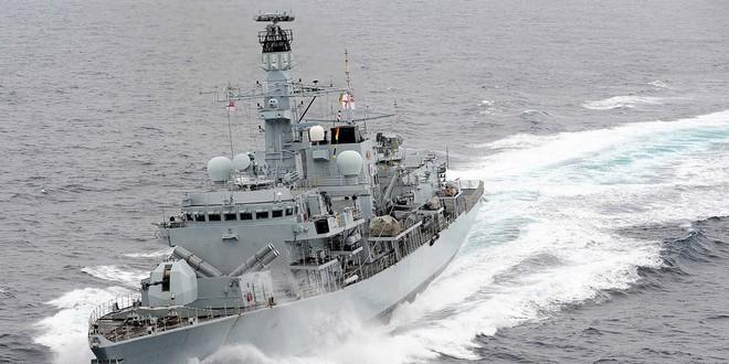 Tàu tấn công nhanh Iran quay đầu bỏ chạy vì quá khiếp sợ hỏa lực của tàu chiến Anh? - Ảnh 3.