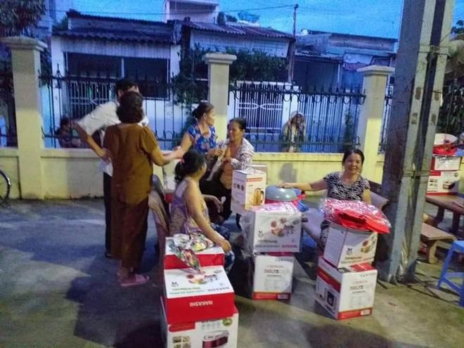 Nghi hàng dỏm, người dân bao vây, nhân viên bán hàng phải nhờ phường giữ hộ 540 triệu - Ảnh 1.
