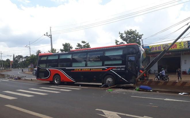 Hàng chục hành khách phá cửa thoát thân khi xe Limousine mất lái ủi bay 15m dải phân cách