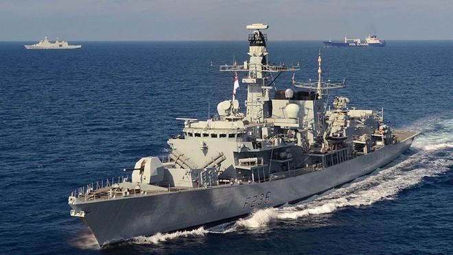 Tàu tấn công nhanh Iran quay đầu bỏ chạy vì quá khiếp sợ hỏa lực của tàu chiến Anh? - Ảnh 1.