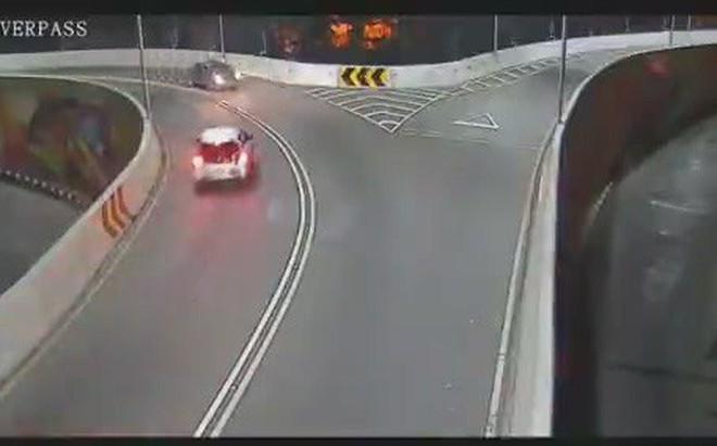 Ô tô tông trúng xe máy, hất tung tài xế xuống đường rồi bỏ chạy
