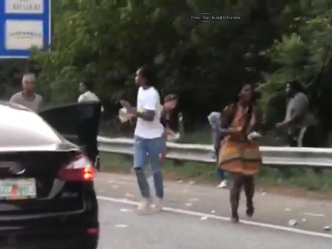 Xe chở tiền đánh rơi hơn 4 tỷ đồng trên đường cao tốc, người dân xúm vào nhặt trước sự bất lực của cảnh sát - Ảnh 3.