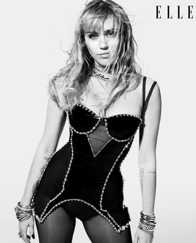 Loạt ảnh trên tạp chí Elle của Miley Cyrus gây bão mạnh: Thần thái đỉnh miễn bàn cũng không hút mắt bằng body đỉnh cao - Ảnh 2.
