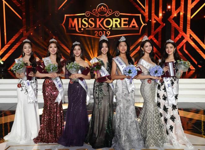 Chung kết Hoa hậu Hàn Quốc 2019 gây bão: Tân Hoa hậu xinh đến mức dìm cựu Hoa hậu, dàn Á hậu đằng sau bị chê mặt nhựa - Ảnh 17.