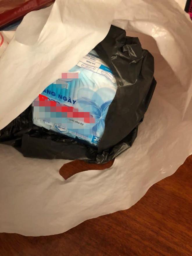 Shipper ship thêm cho khách hàng một bịch băng vệ sinh, biết lí do ai cũng gật gù khen ngợi - Ảnh 1.