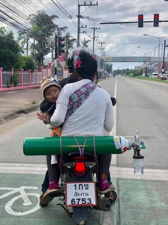 Có gì bằng tình cha nghĩa mẹ: 2 ngày 1 lần, cặp vợ chồng lại đi xe máy 120 km đổi bình oxy để giữ mạng cho con - Ảnh 1.