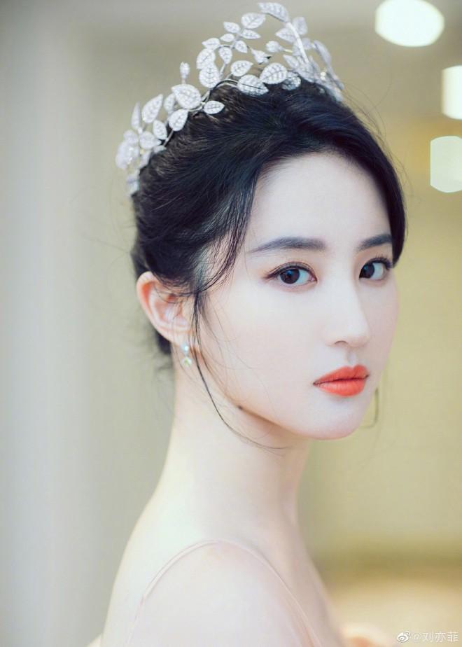 Thoát vai Mộc Lan bụi bặm và mạnh mẽ, Lưu Diệc Phi trở về đúng chất công chúa sang chảnh kiêu kỳ gây mê - Ảnh 2.