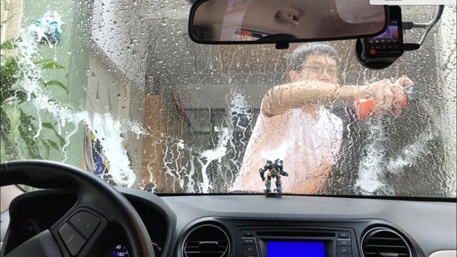 Hiểm họa khôn lường khi dùng hóa chất chống bám nước kính ô tô giá rẻ - Ảnh 1.