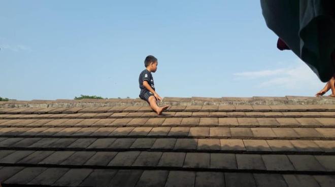 Sợ bị cắt bao quy đầu, bé trai 5 tuổi leo lên mái nhà phòng khám để trốn khiến mọi người tá hỏa - Ảnh 1.