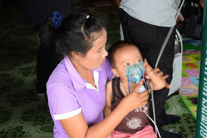 Có gì bằng tình cha nghĩa mẹ: 2 ngày 1 lần, cặp vợ chồng lại đi xe máy 120 km đổi bình oxy để giữ mạng cho con - Ảnh 3.