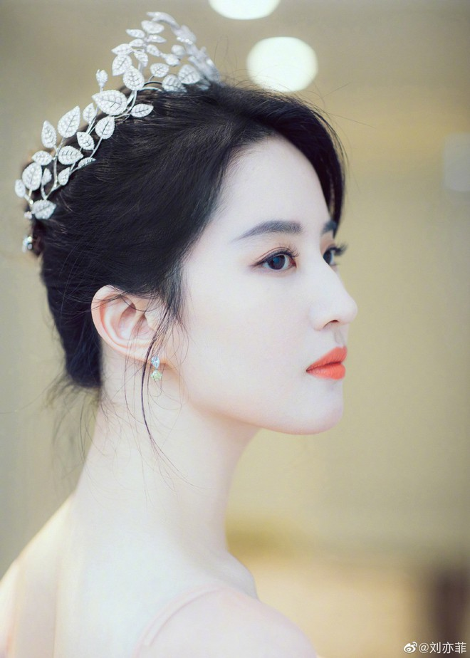 Thoát vai Mộc Lan bụi bặm và mạnh mẽ, Lưu Diệc Phi trở về đúng chất công chúa sang chảnh kiêu kỳ gây mê - Ảnh 3.