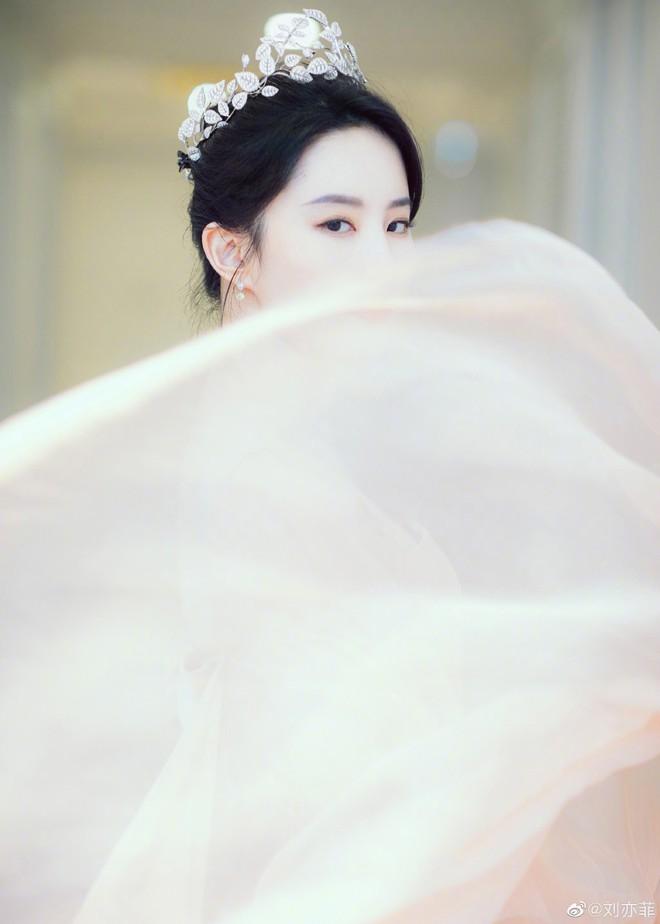 Thoát vai Mộc Lan bụi bặm và mạnh mẽ, Lưu Diệc Phi trở về đúng chất công chúa sang chảnh kiêu kỳ gây mê - Ảnh 4.