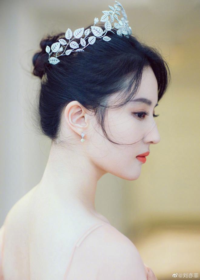 Thoát vai Mộc Lan bụi bặm và mạnh mẽ, Lưu Diệc Phi trở về đúng chất công chúa sang chảnh kiêu kỳ gây mê - Ảnh 5.