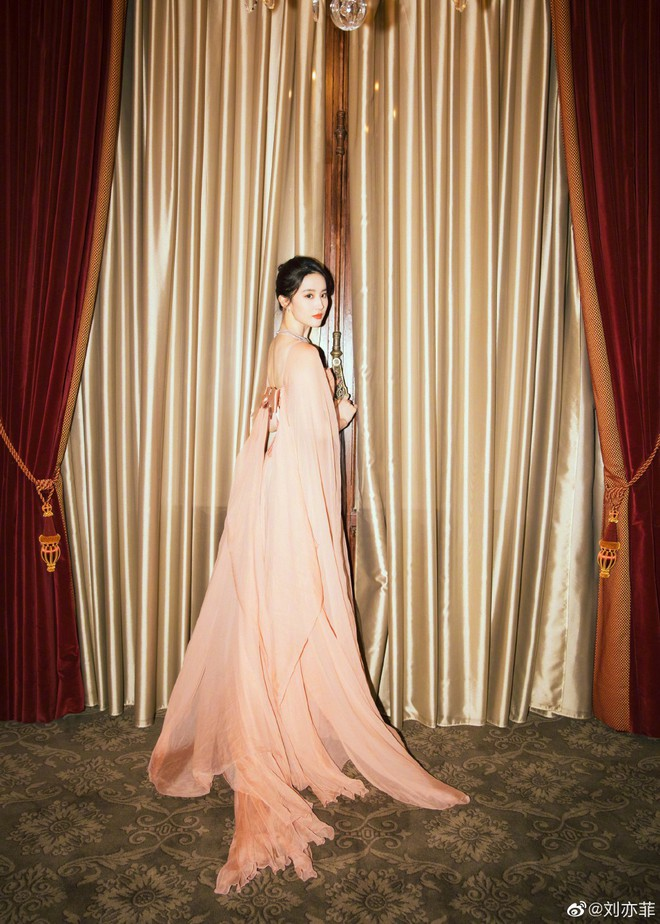 Thoát vai Mộc Lan bụi bặm và mạnh mẽ, Lưu Diệc Phi trở về đúng chất công chúa sang chảnh kiêu kỳ gây mê - Ảnh 6.