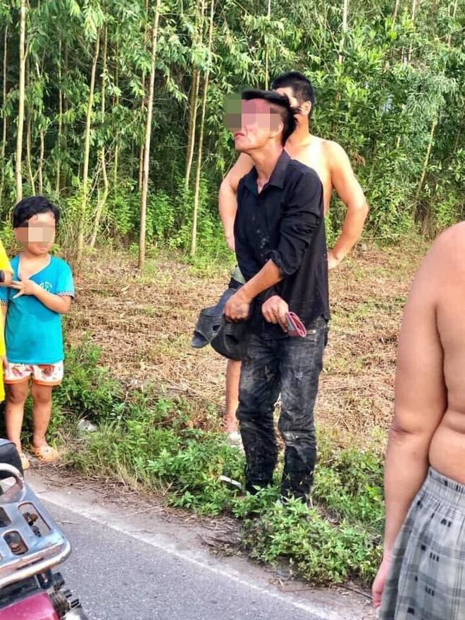 Trộm xe máy bị người dân bắt được, nam thanh niên quỳ gối, khóc lóc xin tha  - Ảnh 1.
