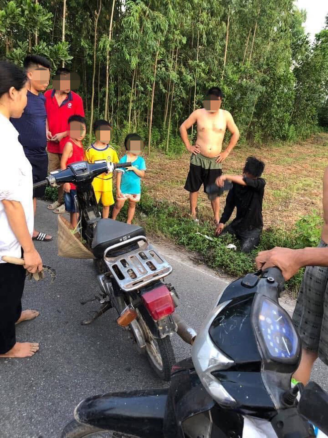 Trộm xe máy bị người dân bắt được, nam thanh niên quỳ gối, khóc lóc xin tha  - Ảnh 2.