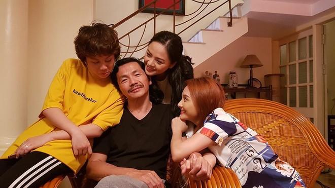 Ông bố nhiều con nhất VN tiết lộ bí mật phim Về nhà đi con và chuyện cảnh nhạy cảm bị sửa - Ảnh 3.
