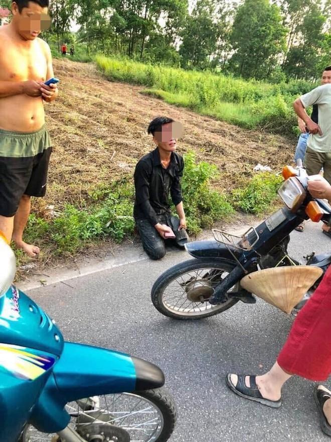 Trộm xe máy bị người dân bắt được, nam thanh niên quỳ gối, khóc lóc xin tha  - Ảnh 4.