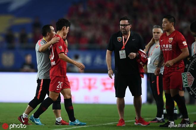 Cầu thủ Trung Quốc gây phẫn nộ sau tình huống vung chân đạp thẳng vào mắt của đối thủ - Ảnh 3.
