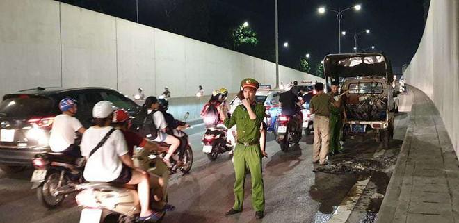 Hà Nội: Cháy xe ở hầm chui Kim Liên, người điều khiển hoảng hốt bỏ chạy - Ảnh 1.