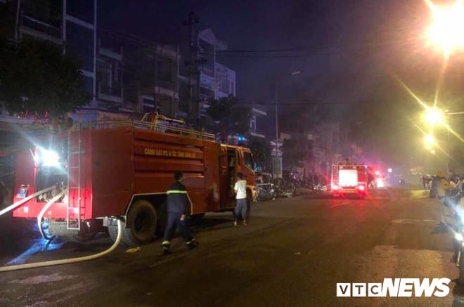 Cháy khủng khiếp chợ ở Đắk Lắk, gần 50 cửa hàng bị thiêu rụi - Ảnh 1.