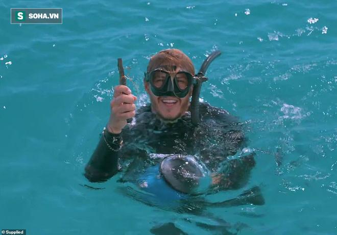 Cá đuối khổng lồ tiếp cận thợ lặn để làm một điều khó tin: Đó là gì? - Ảnh 2.