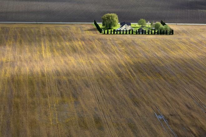 Những tác phẩm nghệ thuật đẹp không tưởng được chụp bằng drone - Ảnh 4.