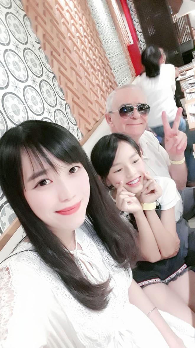 Ông nội kì lạ và chuyện gặp đàn ông Việt là hào hứng: Các cậu rất may mắn khi sống ở đất nước có những cô gái đẹp nhất thế giới - Ảnh 3.