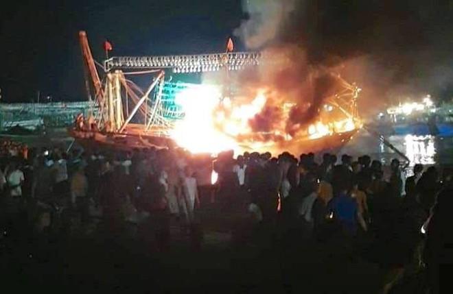 Tàu cá cháy dữ dội, cả nghìn người ra bờ sông dập lửa cứu tàu - Ảnh 4.