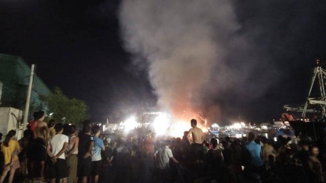 Tàu cá cháy dữ dội, cả nghìn người ra bờ sông dập lửa cứu tàu - Ảnh 3.