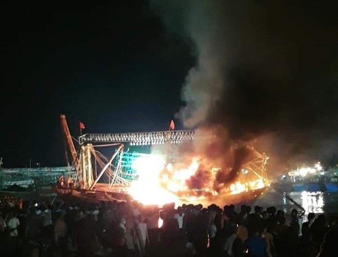 Tàu cá cháy dữ dội, cả nghìn người ra bờ sông dập lửa cứu tàu - Ảnh 2.