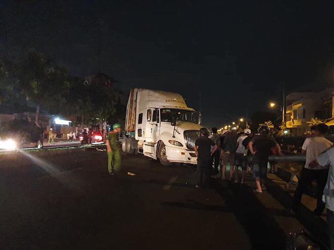 Cả gia đình bị xe container mất lái tông ngã trên đường đi ăn cưới về, bé trai 4 tuổi tử vong tại chỗ - Ảnh 1.