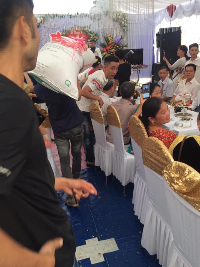 Trong ngày cưới, cô dâu chú rể méo mặt vì nhận phải quà siêu to, hai người bê không nổi - Ảnh 2.