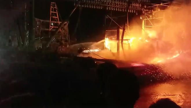 Tàu cá cháy dữ dội, cả nghìn người ra bờ sông dập lửa cứu tàu - Ảnh 1.