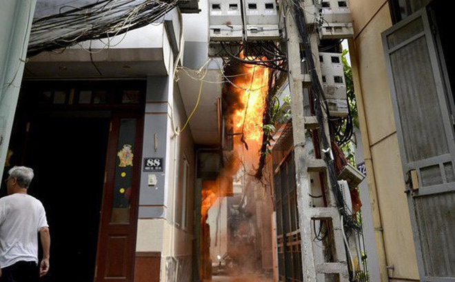 Nhà cấp 4 khu Văn Công ở Hà Nội cháy dữ dội, lan sang nhiều nhà liền kề